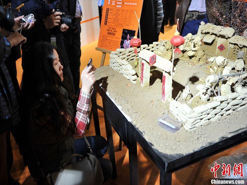 U336P912T23D21F974DT20131113145952.jpg 11月7日,第八届北京文博会在北京国际展览中心正式开幕。当日,在1号馆内,来自黑龙江省的泥塑艺人郝凤玲在一个泥塑农家院旁,现场演示制作一个泥塑农家汉子。
