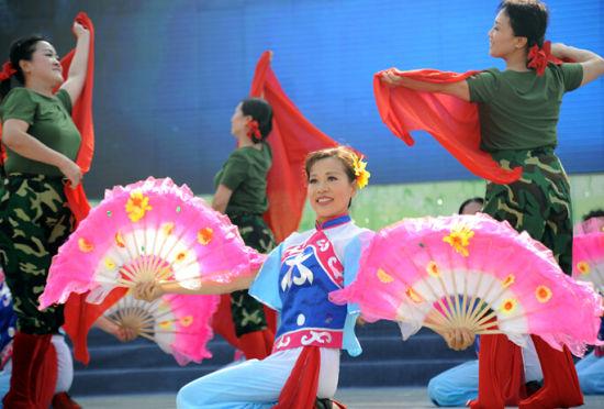 哈尔滨市江畔防洪纪念塔广场表演的精彩歌舞