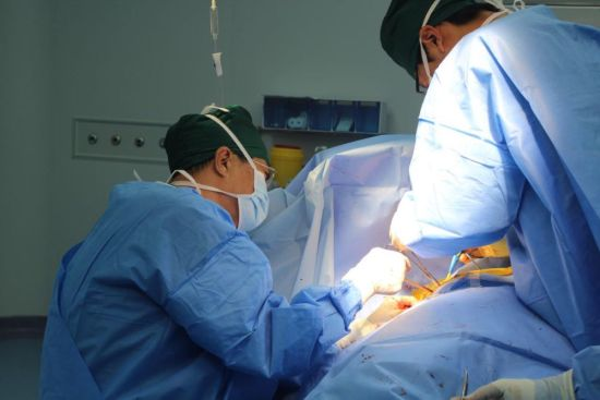 普外科付铁胜教授,李士勇医生成功为56岁女患实施巨大乳腺肿物切除术.