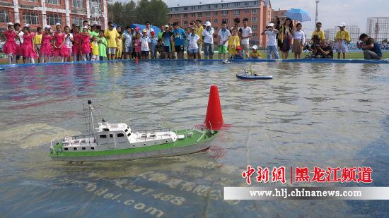 俄罗斯代表队进行水上航模表演