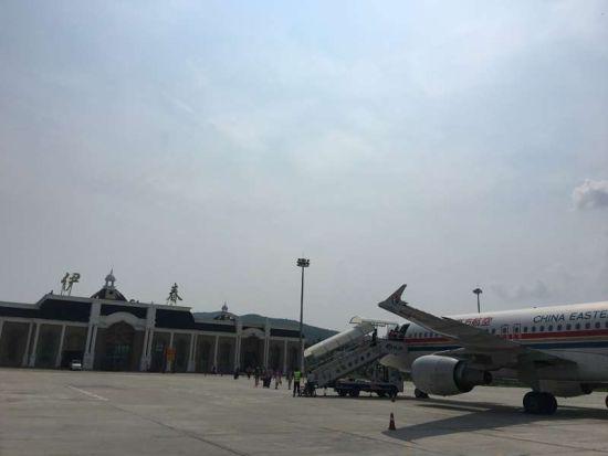 中新网黑龙江新闻10月17日电(王蕊娇 记者 刘锡菊)记者从伊春机场售票处了解到,从10月29日起,伊春机场启用新冬春航班时刻表。目前换季工作已准备就绪。   新航班时刻共有四条航线,分别为:联合航空公司执飞的北京-伊春航班(kn5519/20),每日一班, 08:20从北京起飞,10:45到达伊春;11:35从伊春起飞,14:05到达北京。   东方航空执飞的上海-大连-伊春航班(mu5667/8)每周一、三、五执行,07:45从上海起飞,09:45到达大连;10:35从大连起飞,12:35