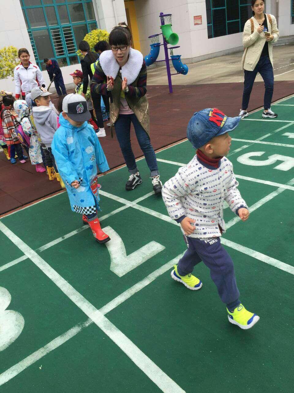 """图说龙江 哈尔滨幼儿园小朋友雨中""""拾""""童趣  连日来气温有些低,雨天"""