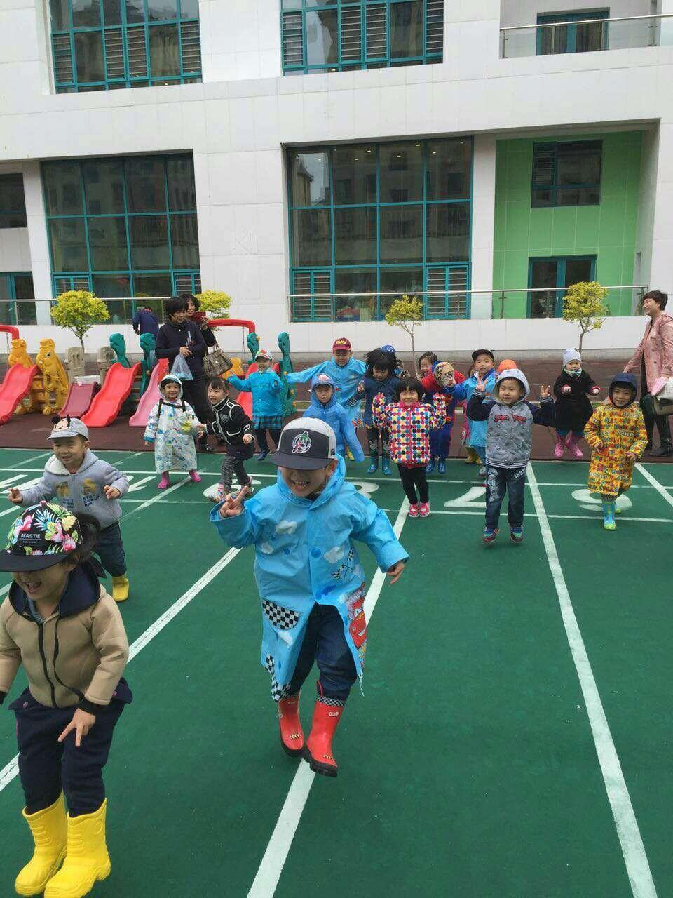 """图说龙江 哈尔滨幼儿园小朋友雨中""""拾""""童趣  连日来气温有些低,雨天频"""